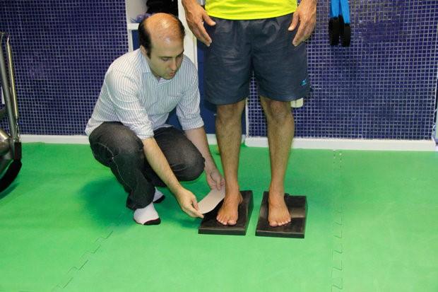 Técnica corrige postura e coluna com tratamento dos pés e pisada